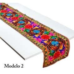Camins de mesa de tela bordados.