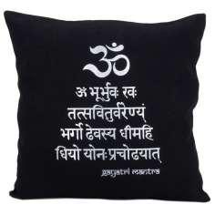 Funda de Cojín negras con el Gayatri Mantra